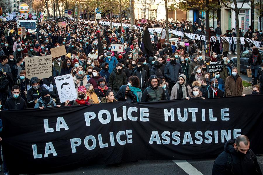 Dois policiais são presos após agredirem homem negro em Paris – Jovem Pan
