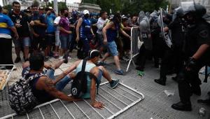 Fãs de Maradona entram em confronto com a polícia e velório é suspenso; assista