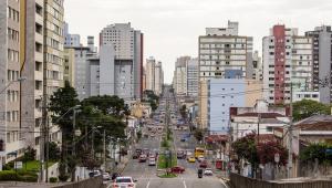 Curitiba volta a fechar bares e casas noturnas após alta em casos de Covid-19