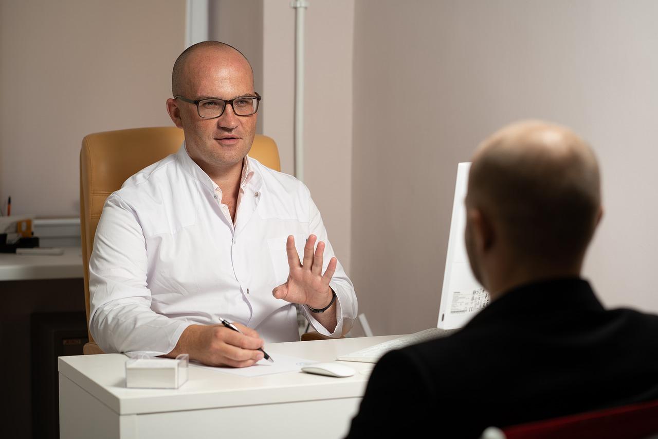 Médico realiza consulta com paciente
