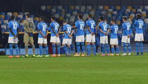 Torcedores e jogadores do Napoli se unem em homenagem a Maradona