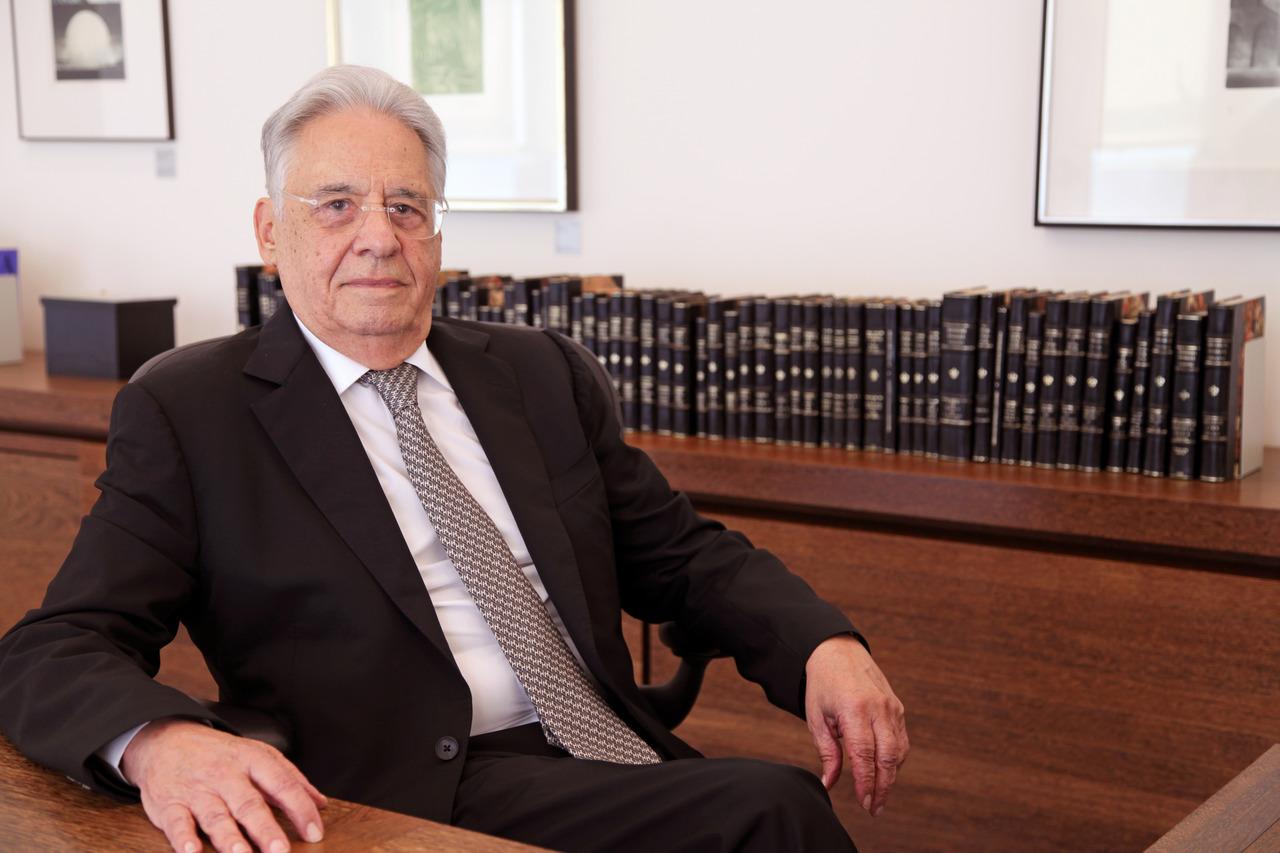 Ex-presidente FHC sentado, posando para foto
