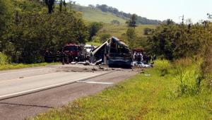 Promotoria vai apurar responsabilidades por acidente entre ônibus e caminhão