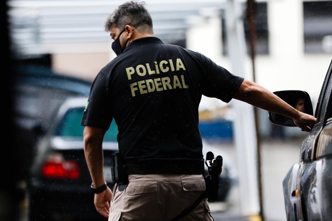 Policial Federal de costas durante operação