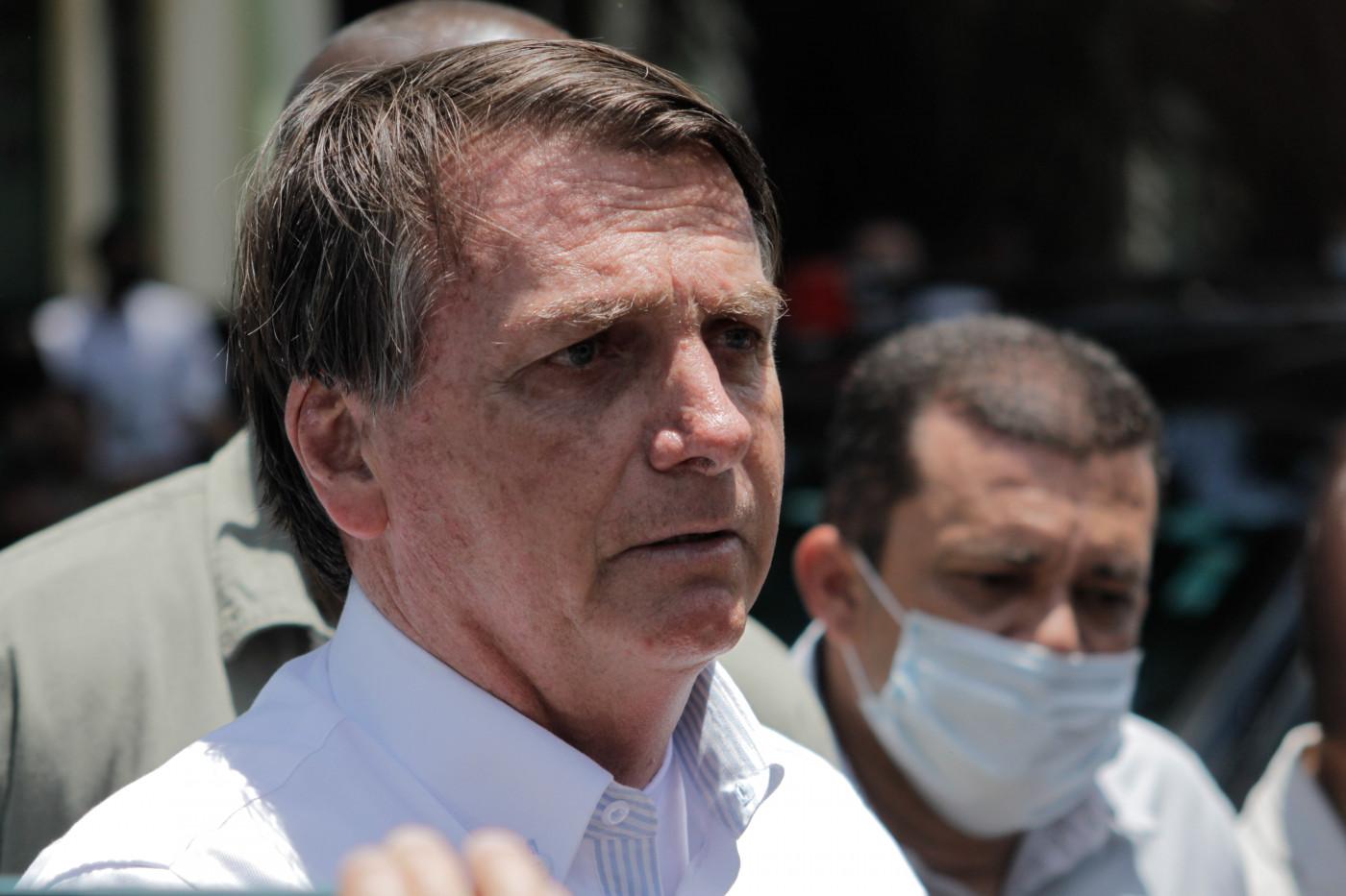 presidente jair bolsonaro, homem branco de cabelos grisalhos e camisa branca, olhando para o lado. Foto somente do rosto dele