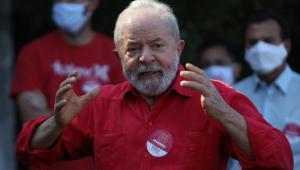 Lula gesticulando em discurso