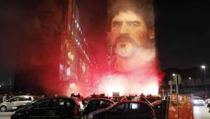 Torcida do Napoli se despede de Maradona com reza, buzinaço e foguetório; assista