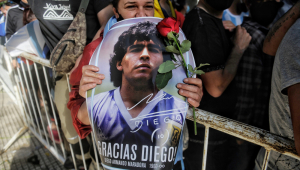 Fãs de Maradona no Brasil relembram vida do ídolo argentino fora dos gramados