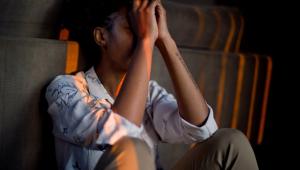 Endometriose pode causar ansiedade e depressão; não se deve tratar apenas a dor da doença