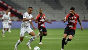 Athletico-PR bate Santos e chega à quarta vitória seguida no Brasileirão