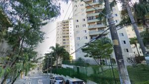 Criança de seis anos é socorrida após cair de prédio em São Paulo