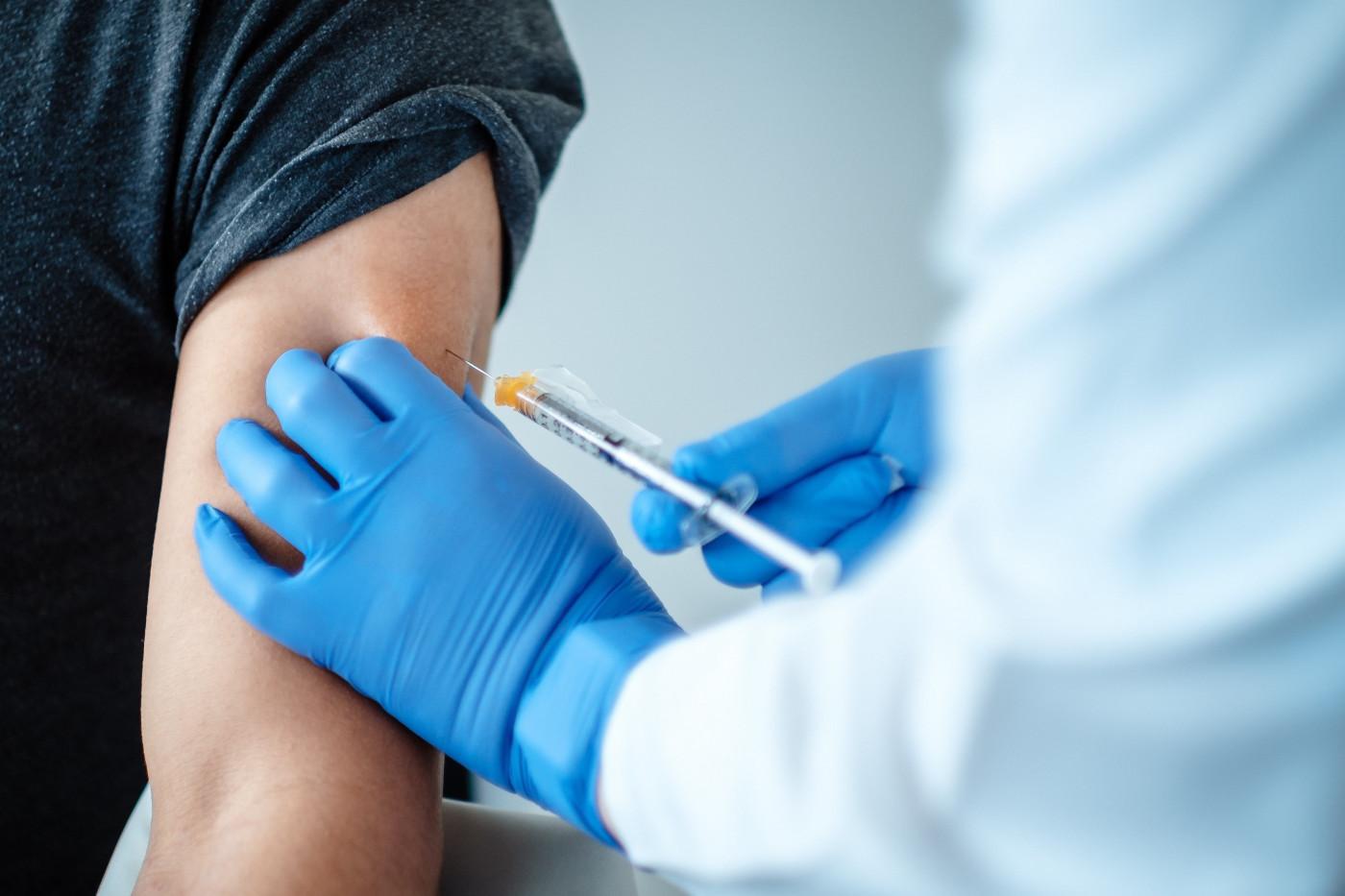 Vacina sendo aplicada