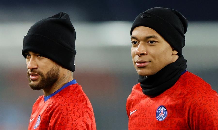 Neymar e Mbappé durante treinamento no PSG
