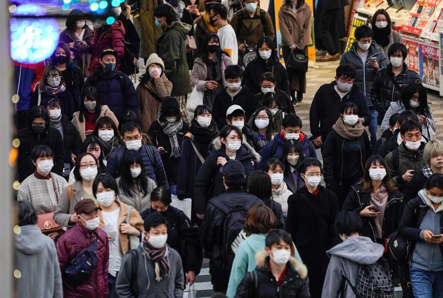 Multidão usando máscara em Tóquio, no Japão