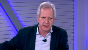 Augusto Nunes: homem branco, com cabelos brancos, de camisa e paletó preto
