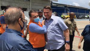Ao lado do governador de Santa Catarina, Bolsonaro sobrevoa áreas atingidas por temporal