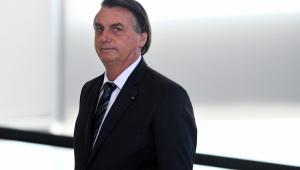 Bolsonaro faz aceno a caminhoneiros e promete correção do IR em 2022