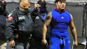 Jogador de futebol americano é preso após agredir árbitro durante partida; assista