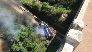 Ônibus de turismo cai de viaduto em Minas Gerais
