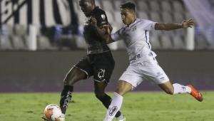 Com confusão de arbitragem, Santos perde da LDU, mas se classifica às quartas da Libertadores