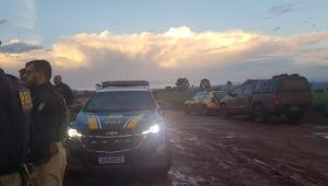 PRF e PM trocam tiros com quadrilha suspeita de roubar banco no Paraná