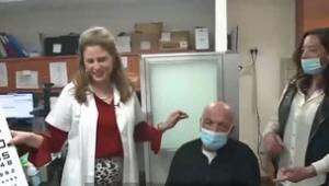 Hospital faz primeiro transplante de córnea artificial do mundo e idoso cego recupera visão
