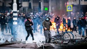 Violência marca protestos contra toque de recolher na Holanda