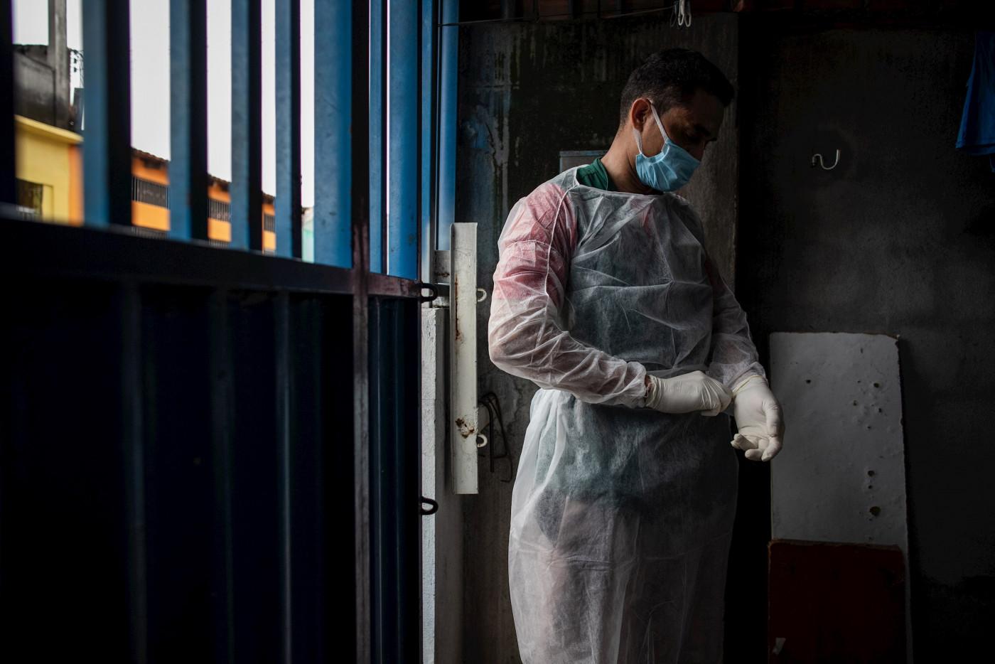Profissional da saúde atua no enfrentamento da pandemia da Covid-19 no Brasil