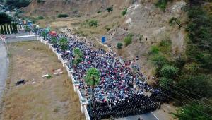 Caravana com milhares de migrantes viaja a pé com destino aos EUA