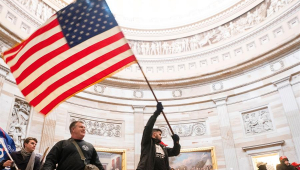 pessoa levantndo bandeira dos eua