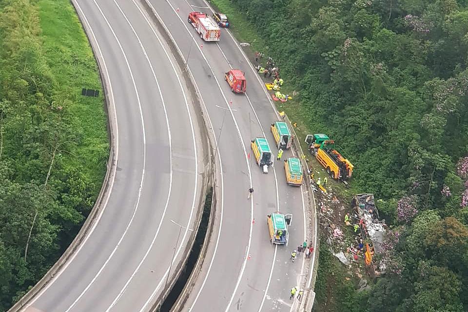 Acidente com ônibus de turismo deixa ao menos 21 mortos no Paraná – Jovem Pan