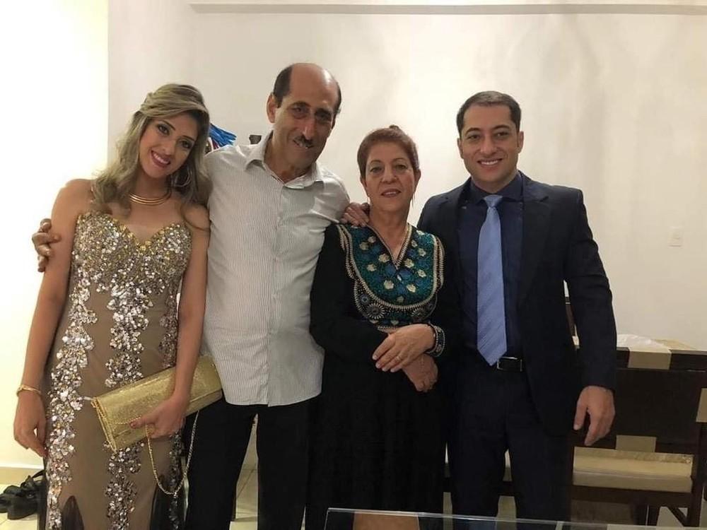 O casal Amado e Zahieh Hajoj, que morreu no mesmo dia, com Iyad e Muna, uma de suas irmãs