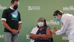 Enfermeira de SP é a primeira brasileira a ser vacinada com a CoronaVac: 'Muita emoção'