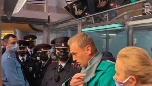 Preso logo após retornar à Rússia, Navalny será julgado nesta segunda