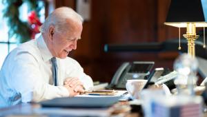 Biden assina ordem executiva que reverte saída dos Estados Unidos da OMS