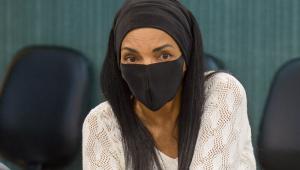 A deputada federal Flordelis usando máscara