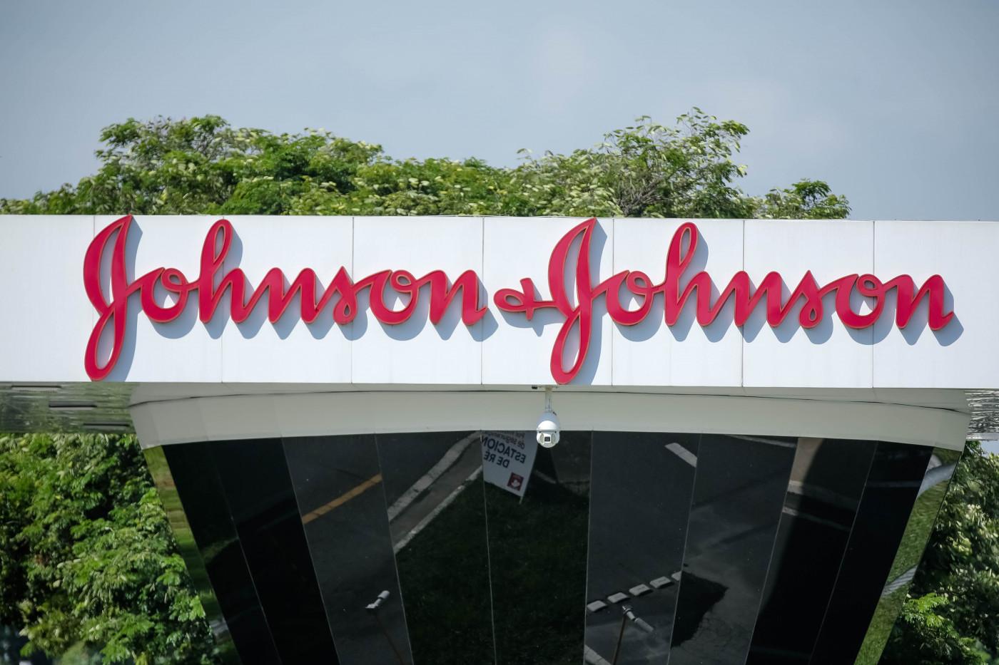 Logo da Johnson & Johnson em frente à sede da multinacional