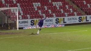 Goleiro entra para o Guiness após fazer gol em tiro de meta; assista