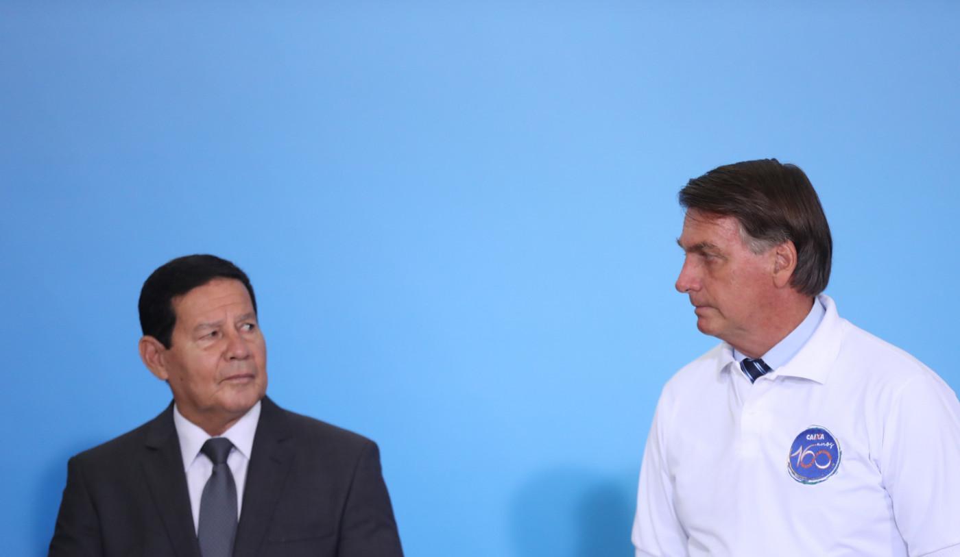 Vice-presidente Hamilton Mourão olha para o presidente Jair Bolsonaro