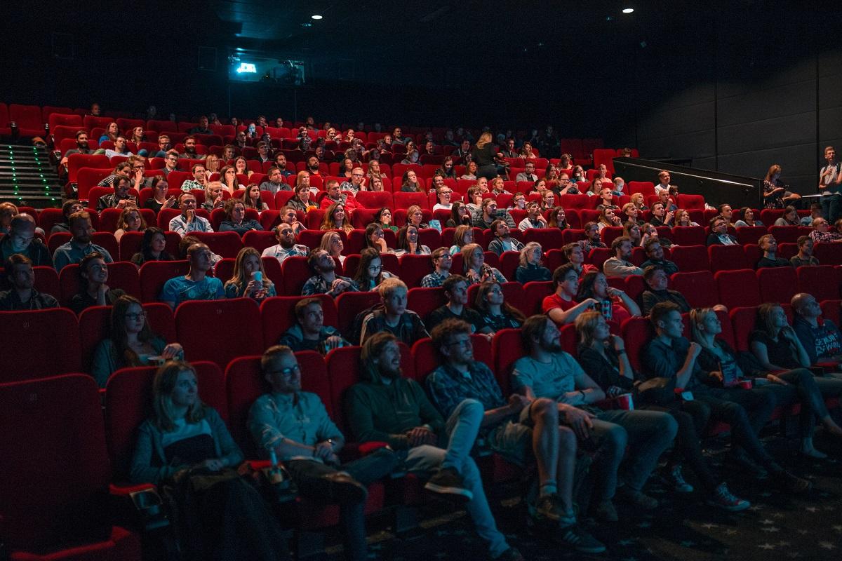 """Pessoas assistindo a um episódio de """"Game of Thrones"""" no cinema"""