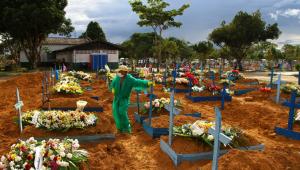Falta de oxigênio no Amazonas: 'Ao mesmo tempo, enterrei pai e mãe em covas vizinhas', diz administrador