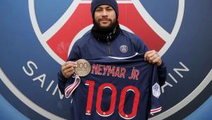 Neymar recebe medalha do PSG em comemoração pelos 100 jogos no clube