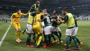 Palmeiras goleia o Corinthians e se aproxima da liderança