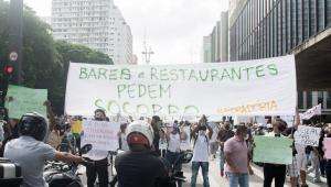 Funcionários e donos de bares e restaurantes protestam contra restrições em SP