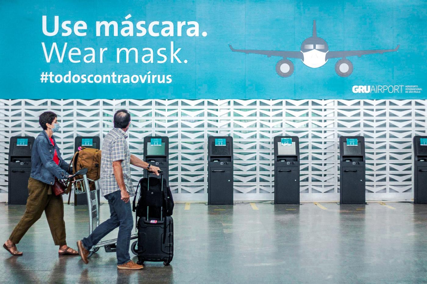 Passageiro anda com mala de viagem no aeroporto de Guarulhos