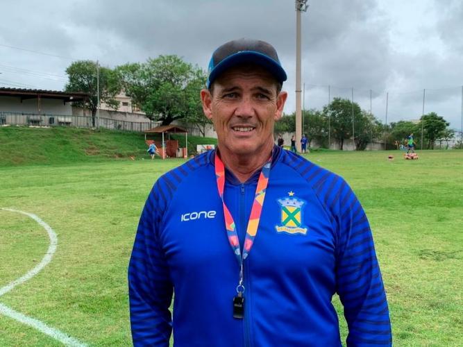 O técnico Paulo Roberto Santos posa para foto com casaco do Santo André, boné e apito pendurado no pescoço