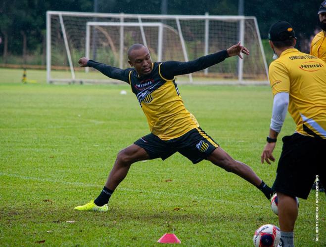 Murilo Rangel se alonga durante treino do Novorizontino