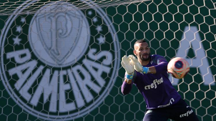 O goleiro Weverton em treino na Academia de Futebol do Palmeiras