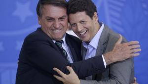 O presidente da República, Jair Bolsonaro, abraça o ministro do Meio Ambiente, Ricardo Salles