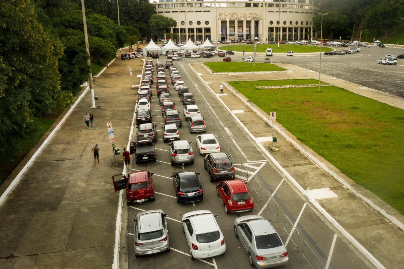 Longa fila para a vacinação contra a Covid-19 no estádio do Pacaembu, em São Paulo